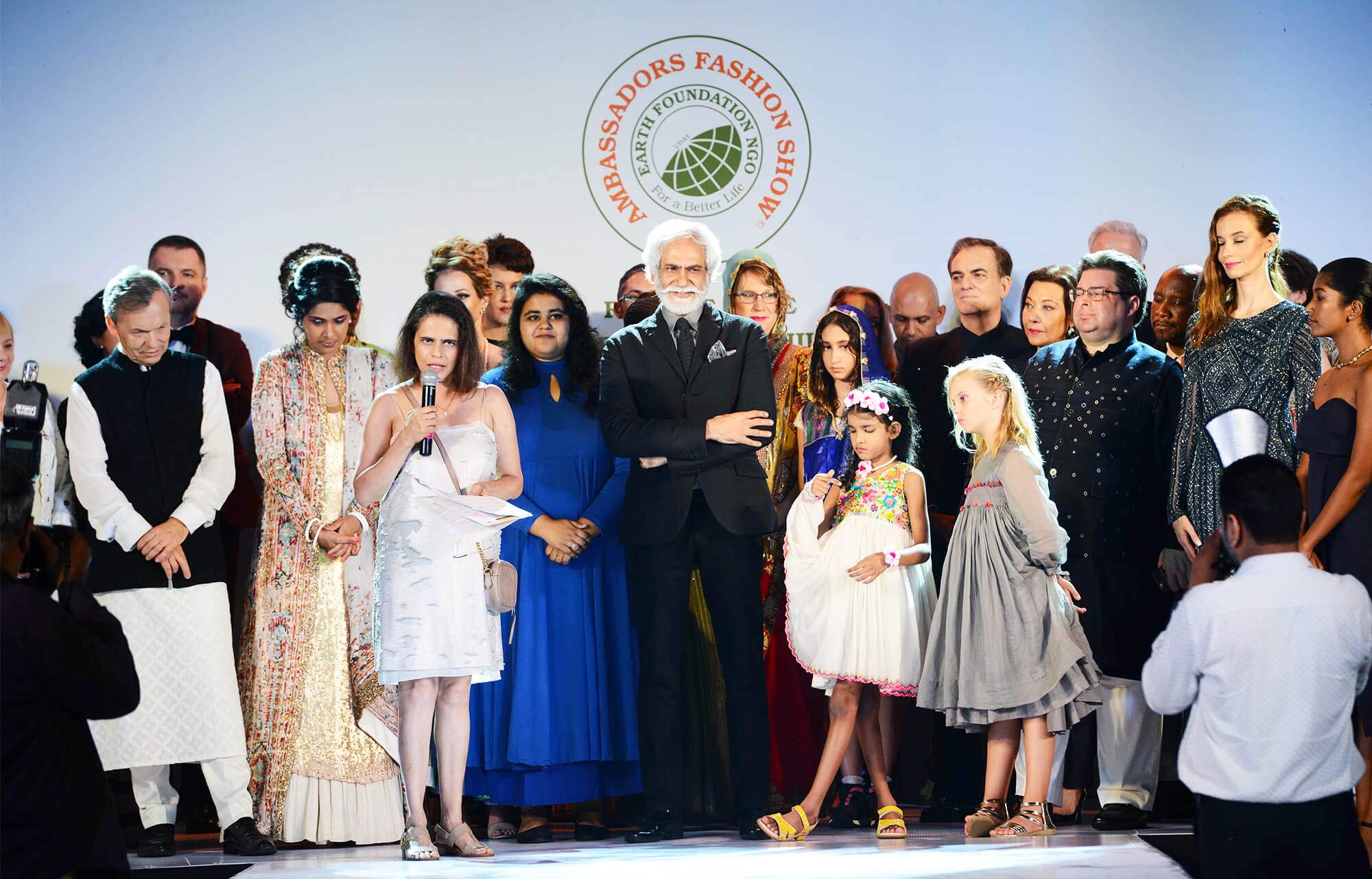 President of Earth Foundation Geeti Bhagat gives vote of thanks on stage with Mr. Sunil Sethi and Ambassadors _ designers